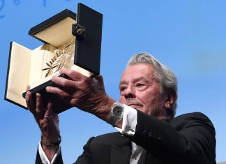 Alain Delon luce un Bvlgari al recoger su Palma de Oro honorífica en Cannes