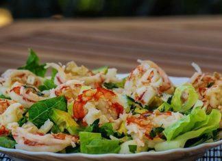 Ensalada de marisco con brotes verdes