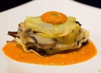 Lasaña de berenjena y patata con salsa de tomate